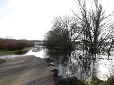 Mergeldijk in Heijen afgesloten door hoogwater