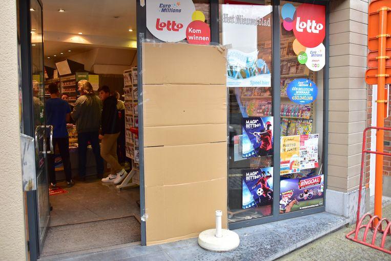 Een groot deel van de etalage in krantenwinkel Papierhus werd ingegooid. Het gat werd eerst dichtgemaakt met karton, intussen is er al een betere oplossing.