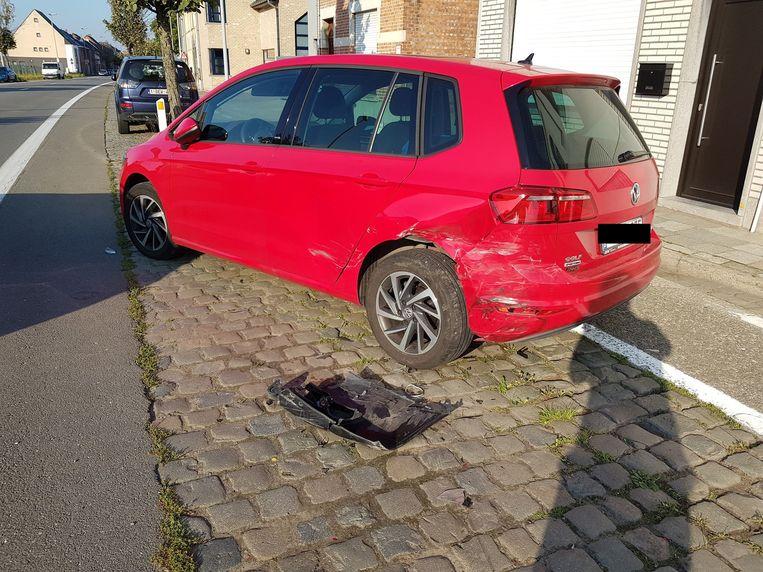 De auto raakte zwaar beschadigd en werd enkele meters vooruitgeduwd na de klap.