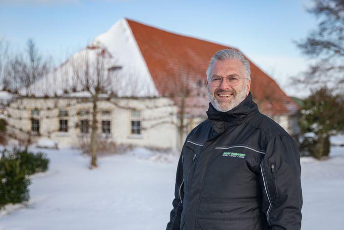 Goof Rijndorp voor de voormalige meekrapstoof in Heijningen, waar groenbedrijf Bras Fijnaart sinds 1964 gevestigd is.