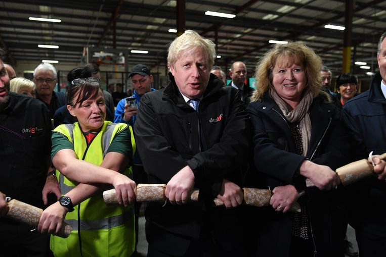 Premier Boris Johnson bezoekt een een fabriek in Leeds voor de verkiezingen. Beeld Photo News