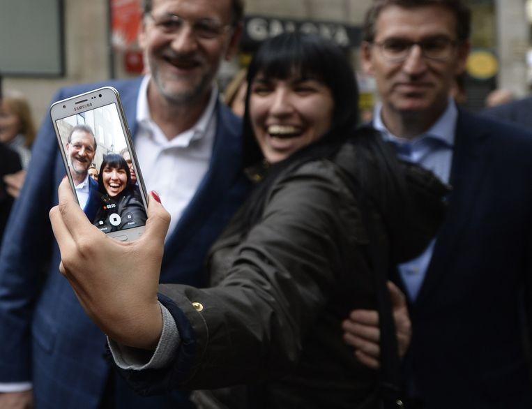Selfie met PP-leider Mariano Rajoy. Beeld AFP