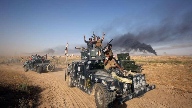 Iraakse soldaten onderweg naar Fallujah. De stad ligt op slechts 70 kilometer van Bagdad. Beeld afp