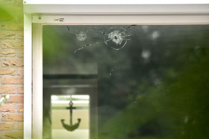 De kogelgaten in het raam van de beschoten woning aan de Joke Smitlaan in Vianen.