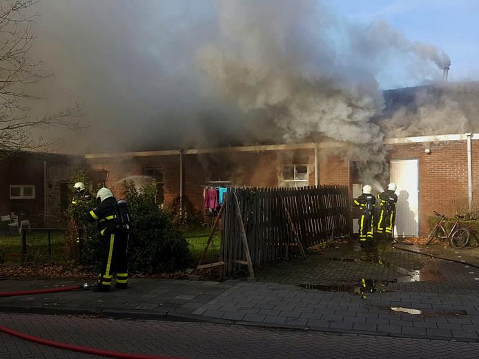 De brand woedt in een opslagloods aan de Groene Woud in Oudenbosch