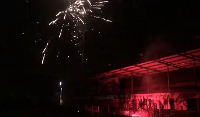 De leden van sfeergroepering Authentics staken vuurwerk af boven het Daknamstadion nadat ze vernamen dat Waasland-Beveren degradeert.