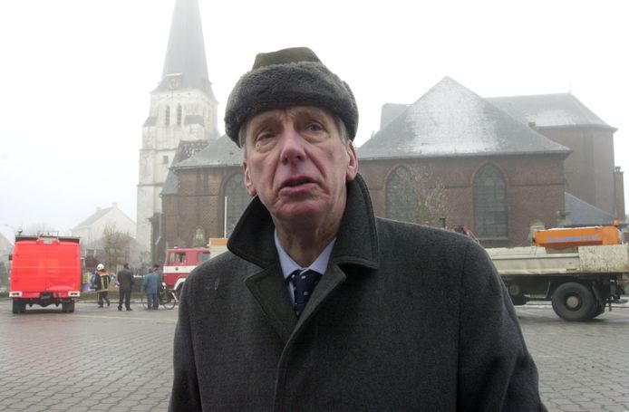 Antoon Van Cauteren aan zijn uitgebrande kerk, op nieuwjaarsdag 2002.