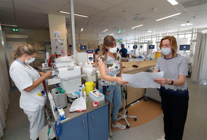 Feia ten Have (midden) overlegt met haar collega Lilian van Tol in het Slingeland Ziekenhuis in Doetinchem.