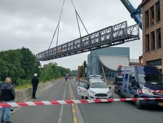 """Tijdelijke brug voor werken Wijngaardbrug over Dender getild: """"Bruikbaar vanaf maandag 12 uur"""""""