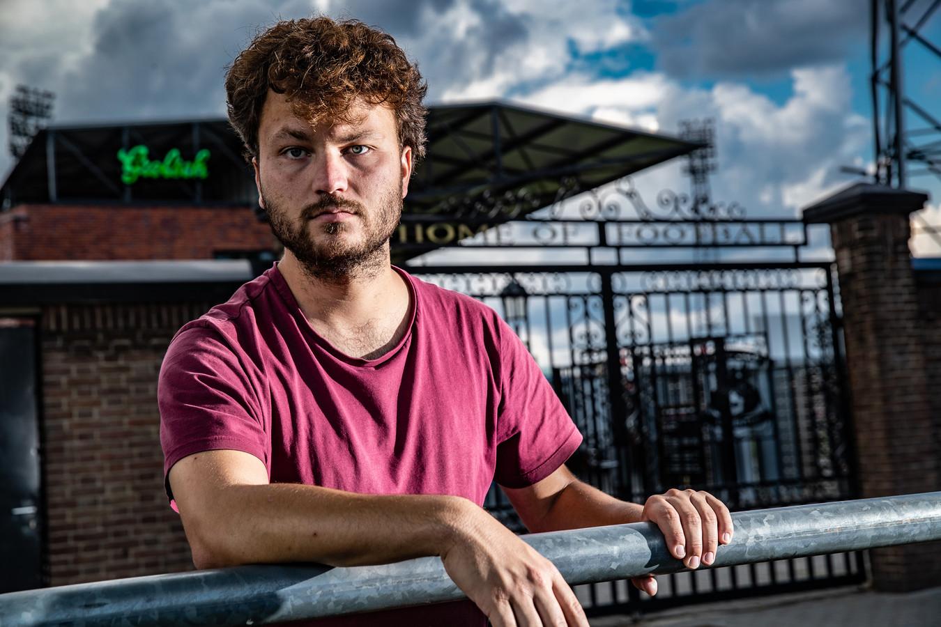 Jan Willem Spaans geniet van de Adelaarshorst. De voetbaljournalist gaat het stadion komend seizoen veelvuldig zien voor zijn boek.