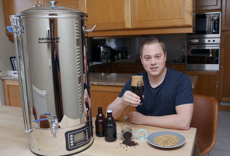 Stijn test zijn recepten steeds zelf thuis, om ze daarna op grote schaal te laten brouwen door een firma.