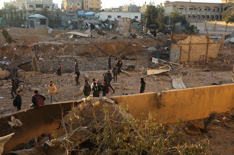 Palestijnen bekijken de schade die is aangericht in Beit Lahia, in het noordelijke deel van de Gazastrook. Israël voerde vandaag luchtaanvallen uit op verschillende doelen van Hamas.  Beeld AFP
