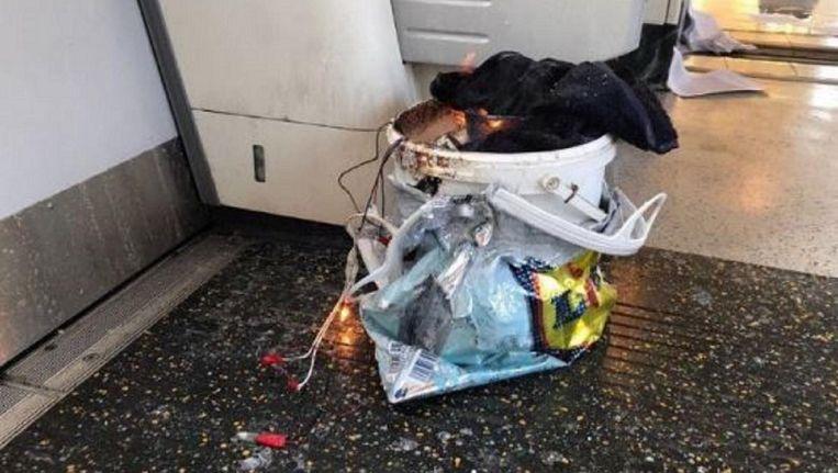 Op Twitter circuleert een foto van een witte emmer in een plastic zak die in brand staat. Er komen ook enkele draden uit. Beeld Twitter (@Milky)