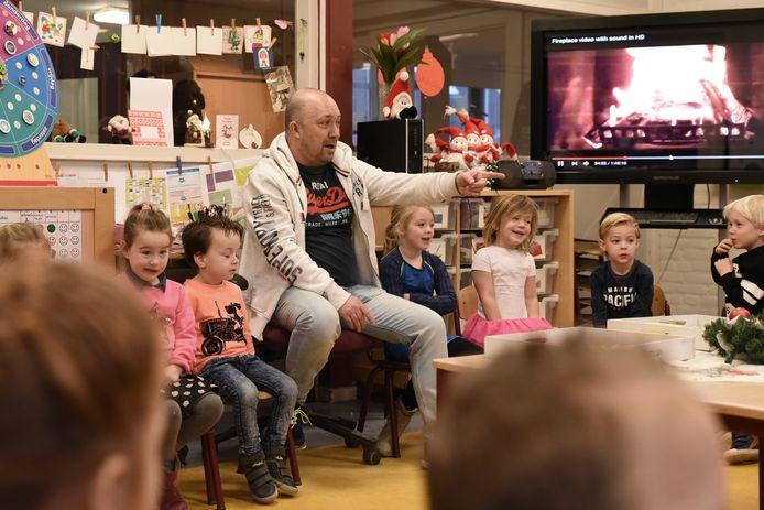 'Mèster' Arian Compen leert de kinderen van basisschool St. Joan het nieuwjaarslied aan.
