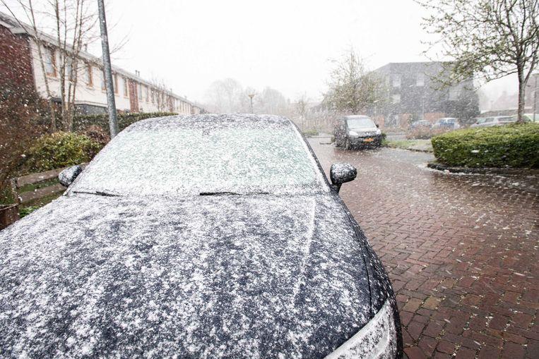 Een straat kleurt wit in een Groningse woonwijk, voor het eerst sinds jaren had Nederland een witte Pasen.  Beeld ANP