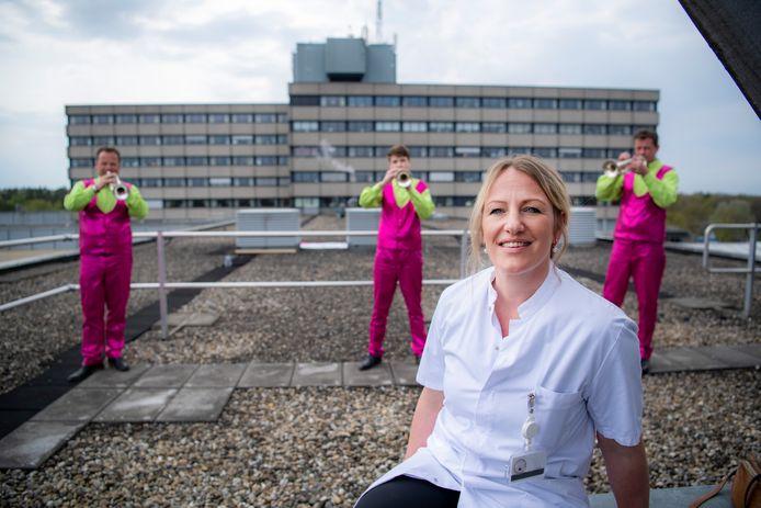 Larissa Derksen-Gelderman coördineert voor Gelre ziekenhuizen in Apeldoorn en Zutphen als vrijwilliger alle giften die momenteel van bedrijven en particulieren binnenkomen. Op de achtergrond dweilorkest 'T Spult uit Zutphen, dat zaterdag bij Gelre in Apeldoorn een serenade voor het (zorg)personeel bracht.