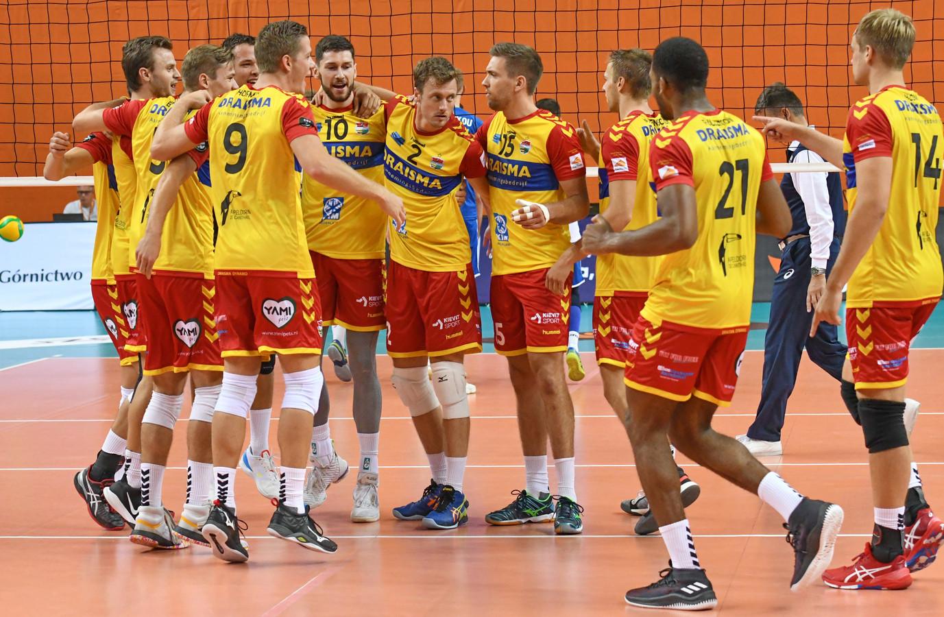 De spelers van Draisma Dynamo vieren feest na de zege in de eerste wedstrijd.