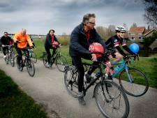 Dordtenaren halen tijdens fietstocht geld op voor jongerenwerk, met buurtfeest als afsluiter