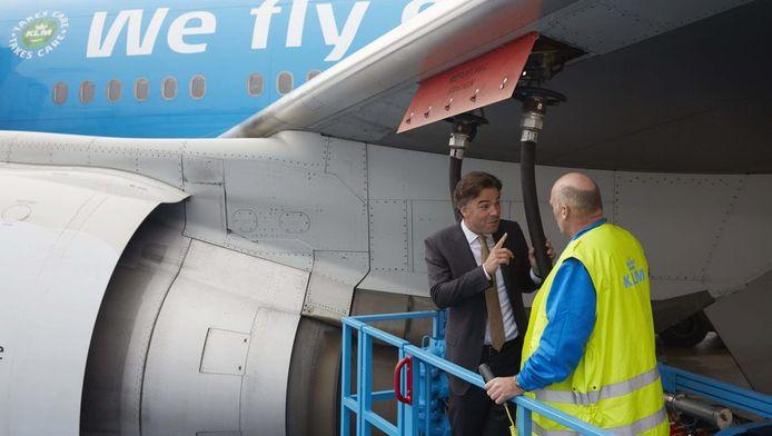 KLM-topman Camiel Eurlings tankt samen met een medewerker een toestel met biobrandstof.