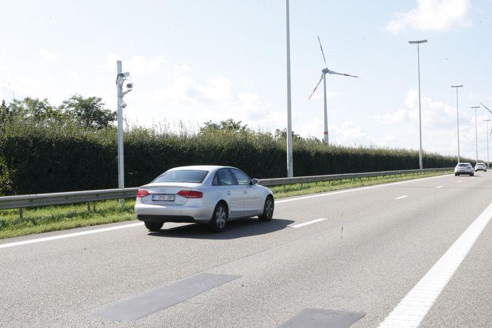 De paal met camera's staat in de middenberm van de E314, op de grens van Diest en Halen.