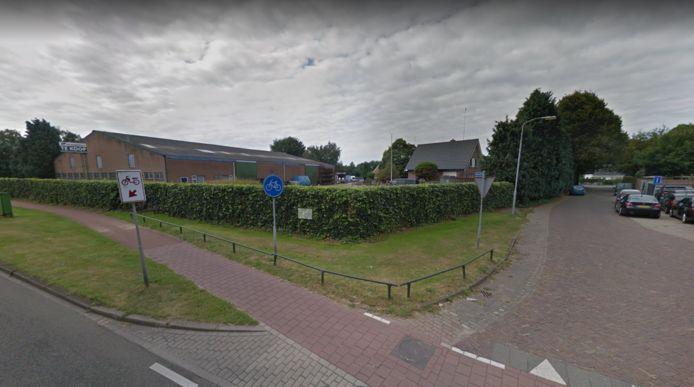 Archieffoto van de locatie waar Aldi wil bouwen aan de Enghuusweg, naast tankstation Tinq aan de Van Geenstraat. Op de foto staat het perceel nog te koop.