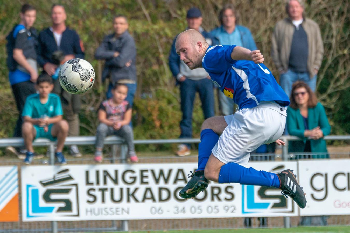 Lars Matse scoort voor RKHVV. Hij stapt over naar RKSV Driel.