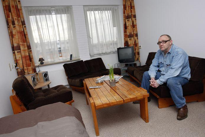 Bewoner John in een speciale woonvoorziening voor 25 voormalige dak- en thuislozen in Den Haag