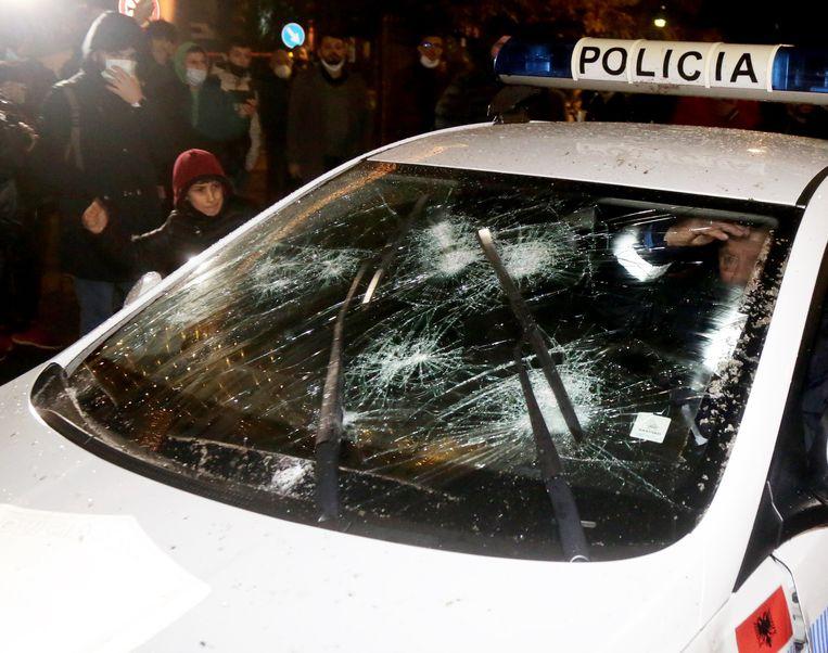 Een belaagde politieauto in Albanië. Beeld EPA