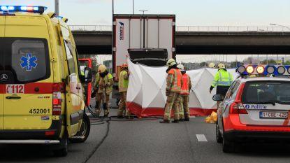 Dode bij klap tegen vrachtwagen