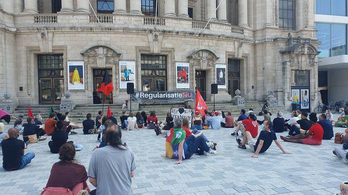 124 actievoerders kwamen samen op het Operaplein. Volgens de politie verliep de solidariteitsactie sereen. Onder de aanwezigen telden we o.a. het Anarchistisch Collectief Antwerpen, de Linkse Socialistische Partij, Hart boven Hard en Samenlevingsopbouw Antwerpen Stad.