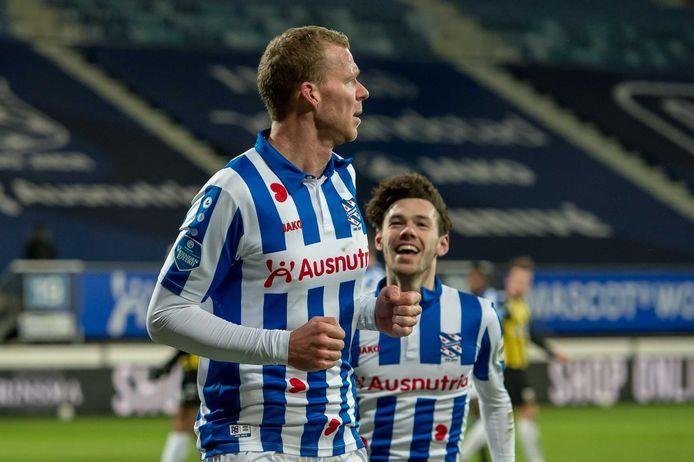 Heerenveen-spits Henk Veerman juicht na zijn winnende treffer tegen Vitesse.