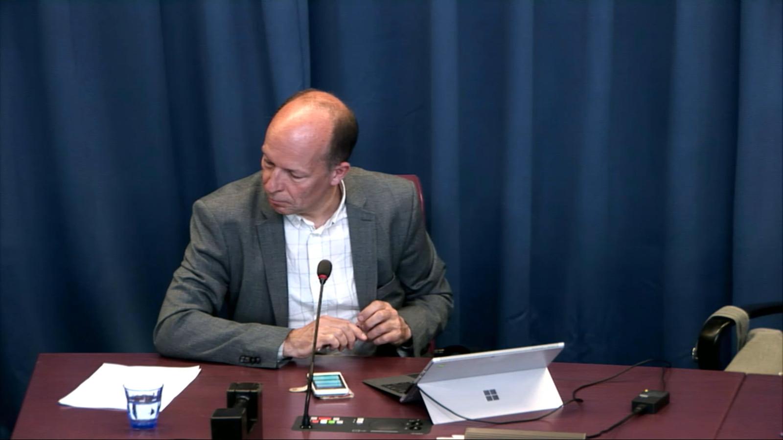 De Eindhovense gemeenteraadsvoorzitter Marco van Dorst leidt het digitale vragenuurtje over de coronacrisis vanuit de raadszaal.