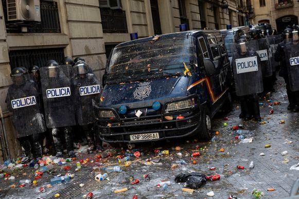 De politie in de stad werd met eieren en andere objecten bekogeld.
