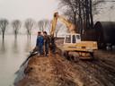 De familie Van Boxtel hield in 1995 droge voeten door de eigenhandige aanleg van een dijk rond hun bedrijf, 3 meter hoog en 750 meter lang.
