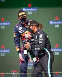 Max Verstappen en Lewis Hamilton op het podium in Portugal.