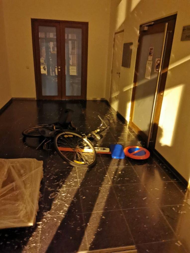 In de hal lag een verkeersbord en een fiets.