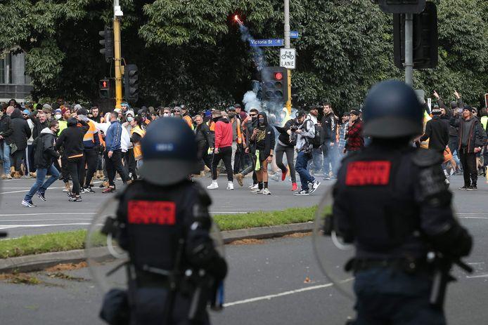 Un manifestant lance une fusée de détresse lors d'une manifestation contre la réglementation Covid-19 à Melbourne, le 21 septembre 2021.