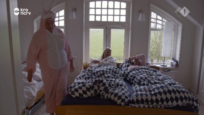 Boer zoekt Vrouw, het roze konijnenpak werd het gesprek van de avond.