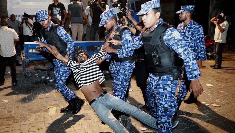 Agenten houden in de hoofdstad Malé een demonstrerende aanhanger van de oppositie aan. Beeld ap