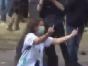 De nouvelles vidéos montrent l'infirmière avant son arrestation polémique lors d'une manifestation à Paris