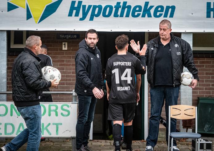 Achilles speelde zaterdag, in door supporters snel geregelde nieuwe tenues, bij dorpsgenoot Germania het duel met Capelle, want het eigen sportpark zit op slot.