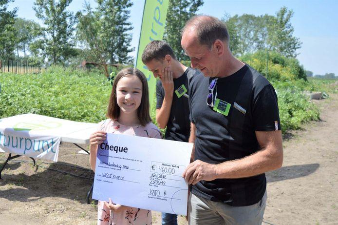 Kato Van De Velde overhandigde een mooie cheque van 460 euro, de opbrengst van de verkoop van zelfgemaakte confituur.