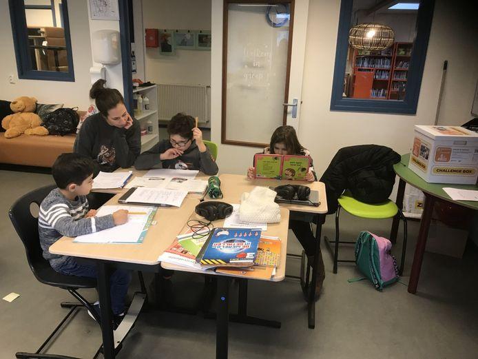 Leerlingen van De Bron uit groep 5 tot en met 8 werken gezamenlijk in één lokaal.