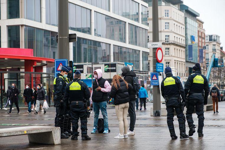 De agenten (niet afgebeeld) verheerlijkten onder meer geweld.Sommigen maakten racistische opmerkingen. Beeld Benoit De Freine