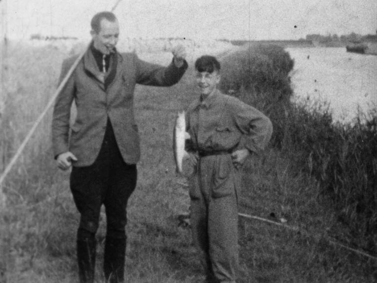Frans Kloosterman vangt een vis met waarschijnlijk onderduiker Gerrit Waas. Beeld Fries historisch centrum Tresoar