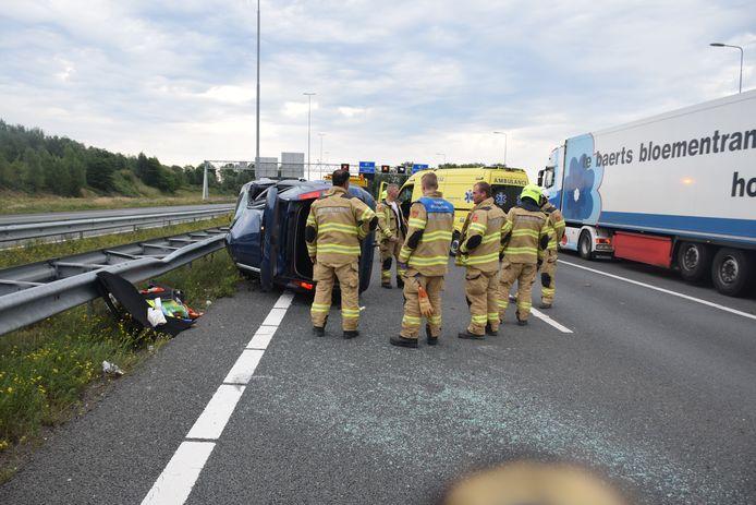 De auto belandde op de kant op de A73.
