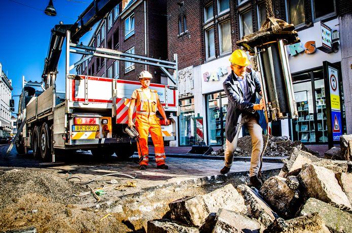 September 2020: wethouder Rik van der Linden verwijdert eigenhandig een poller in het centrum van Dordrecht.