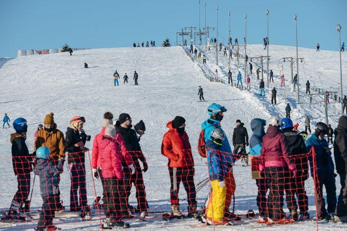 Skiërs in de rij voor de sleeplift in Zakopane, een dag na de heropening op vrijdag.