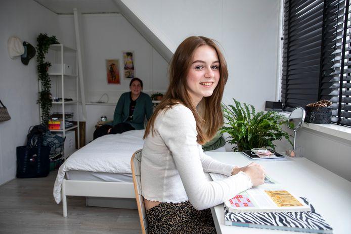 """Ella Bretherton in haar eigen kamer met haar moeder Sanne op de achtergrond: ,, In ons huis zie je direct dat we Engels zijn. Op de stoelen liggen kussentjes met de Britse vlag."""""""