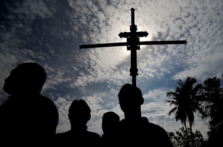 Een begrafenisplechtigheid in Sri Lanka, na de terreur op paasdag. Beeld REUTERS